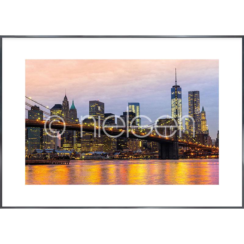 """Beeld met lijst """"Brooklyn Bridge at Night"""" met lijst van aluminium Alpha"""